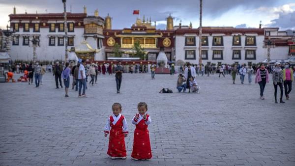 Secara geografis,masuk ke teritorial negara Cina. Namun pada kenyataannya Tibet memiliki otonomi sendiri yang tidak mau disamakan dengan Cina.