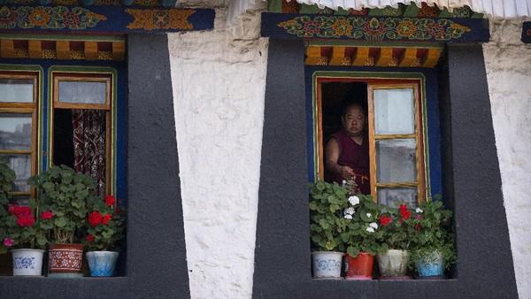 Selain dikenal dengan keunikan letak geografisnya, Tibet juga terkenal akan tradisinya yang masih kental.