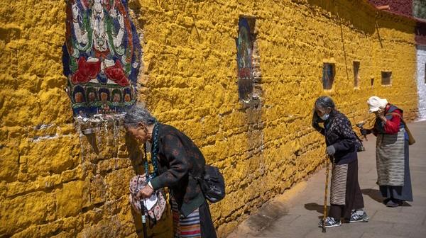 Kebanyakan penduduk di Tibet masih mempercayai adanya kekuatan magis, kekuatan di luar nalar manusia yang biasa disebut sebagai animisme-dinamisme.