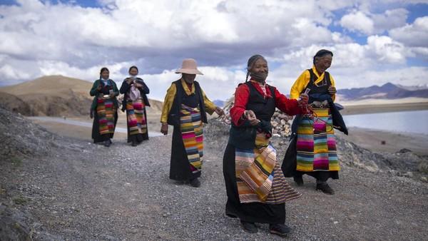 Warga Tibet sudah terbiasa dengan hawa dingin, adaptasi yang dilakukan oleh penduduk asli Tibet cukup ekstrim.