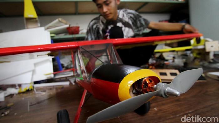 Seorang pemuda di Boyolali memproduksi pesawat aeromodeling berbagai ukuran. Menariknya, pesawat buatannya itu dapat terbang dengan menggunakan BBM jenis bensin