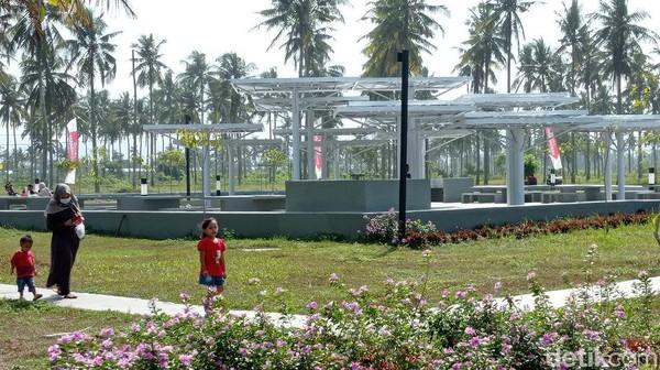 Pembangunan alun-alun ini memanfaatkan lahan milik pemerintah provinsi Jawa Barat, sementara pembangunannya memanfaatkan dana CSR dari sebuah perusahaan properti yang memiliki lahan persis di belakang lahan tersebut.