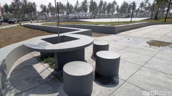 Fasilitas tempat duduk dan taman bunga yang cantik membuat warga yang berkunjung semakin betah. Pihak pemerintah juga mulai memanfaatkan alun-alun ini untuk kegiatan upacara atau rapat yang melibatkan banyak orang. Karena lapangan yang luas memungkinkan mereka menjaga jarak satu sama lain.