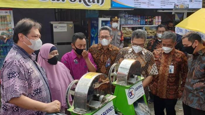 Menko Perekonomian Airlangga Hartarto menyerahkan KUR kepada alumni program kartu prakerja di Bandung, Jumat (4/6/2021).