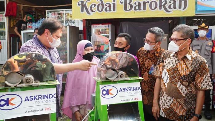 Menko Perekonomian Airlangga Hartarto mengunjungi lokasi usaha milik alumni program Kartu Prakerja di Kota Bogor. Bersama sejumlah pihak ia memberikan bantuan.