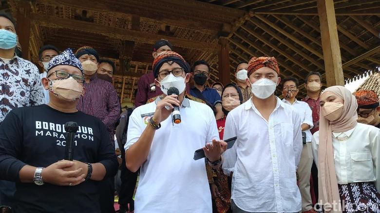 Menparekraf Sandiaga Uno saat meninjau stan di Balkondes Candirejo, Borobudur, Kabupaten Magelan