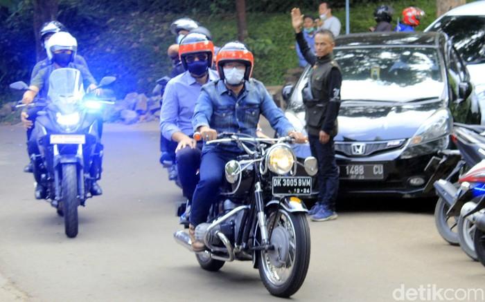 Ketum Partai Demokrat Agus Harimurti Yudhoyono (AHY) bertemu Ridwan Kamil di Bandung. Dalam pertemuan itu keduanya sempat berboncangan naik sepeda motor.
