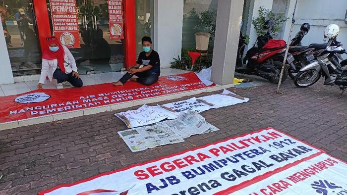 Nasabah Ansuransi Bumi Putera Probolinggo Pasang Stiker Protes Klaim Polis Tidak Kunjung Cair
