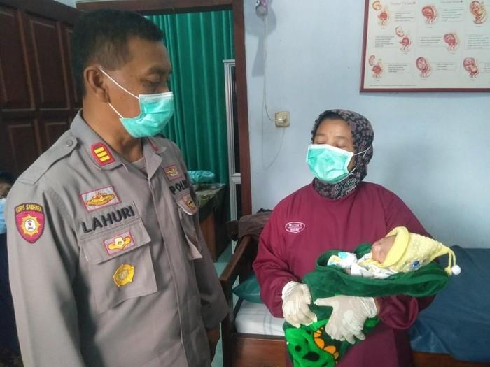 Bayi perempuan ditemukan warga Blitar di pekarangan rumahnya. Bayi itu diperkirakan baru dilahirkan satu jam sebelum ditemukan.
