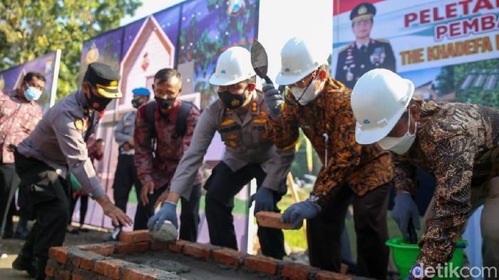 Perumahan bersubsidi khusus anggota Polres Jombang dibangun di Desa Denanyar, Kecamatan Jombang. Perumahan Khadefa Residence yang berdiri di atas lahan 2,5 hektare itu berisi 205 rumah tipe 36 dan 45.