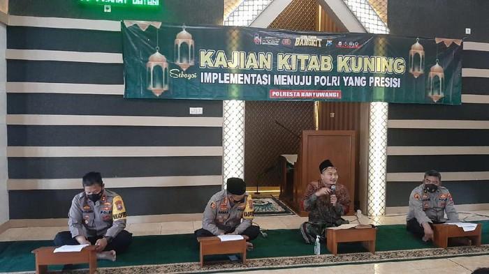 Sejumlah polisi di jajaran Polda Jawa Timur tengah mempelajari kitab kuning. Ngaji kitab kuning ini dengan bimbingan para kiai dari Pengurus Wilayah Nahdlatul Ulama (PWNU) Jatim.