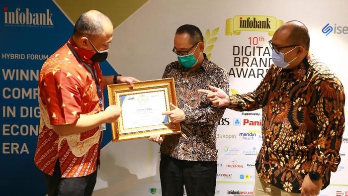 Direktur Utama PT Bank JTrust Indonesia Tbk., (J Trust Bank) Ritsuo Fukadai (tengah) didampingi Deputy Division Head Marketing and Promotion Ake Pramasandhi (kiri) dan Division Head Marketing and Promotion Fathurohman (kanan) menerima penghargaan peringkat pertama produk deposito terbaik untuk kategori bank BUKU 2 di acara Infobank Digital Brand Award 2021 di Jakarta, Kamis (3/6/2021). Selain meraih penghargaan tertinggi untuk produk deposito, J Trust Bank baru-baru ini juga meraih penghargaan