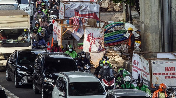 Proyek galian di Jalan Tendean menyebabkan kepadatan lalu lintas di kawasan tersebut. Padahal pengerjaan proyek itu ditarget rampung pertengahan Mei.