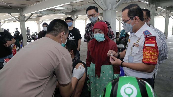 Vaksinasi untuk driver ojek online digelar di Rumah Sakit Universitas Indonesia, Depok. Langkah ini diharpkan dapat percepatan program vaksinasi COVID-19.