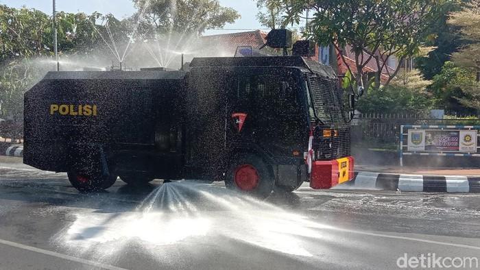Suasana penyemprotan disinfektan di jalan kawasan alun-alun Kudus, Jumat (4/6/2021).