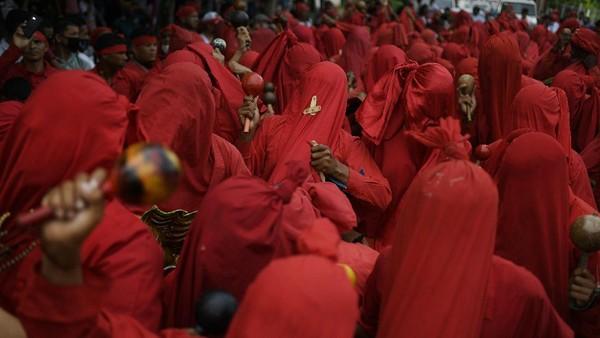 Para penduduk Venezuela mengenakan kostum merah-merah sebagai representasi dari iblis.