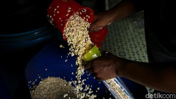 Kenaikan harga kedelai impor berdampak pada harga tempe dipasaran. Kementerian Pedagangan pun memberi sinyal bahwa harga tahu dan tempe akan kembali naik.