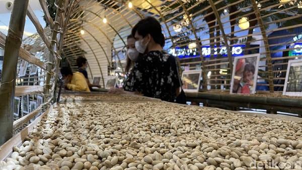 Terdapat beragam biji kopi yang dipamerkan hingga mesin untuk menggiling biji kopi tersebut.