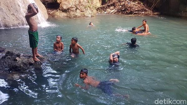 Sejak beberapa pekan terakhir, keberadaan air terjun Uai Turang ramai dikunjungi warga. Ada juga pengunjung yang memilih mendatangi tempat ini sekedar untuk bersantai di pinggiran telaga mini, sembari berswafoto. (Abdy Febriady/detikTravel)
