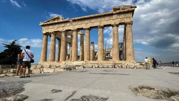 Dilansir dariTravel and Leisure, Selasa (8/12/2020) Perdana Menteri Yunani Kyriakos Mitsotakis meresmikan fasilitas baru yang dirancang agar pengguna kursi roda dan penyandang disabilitas lainnya dapat berjalan-jalan di Acropolis.