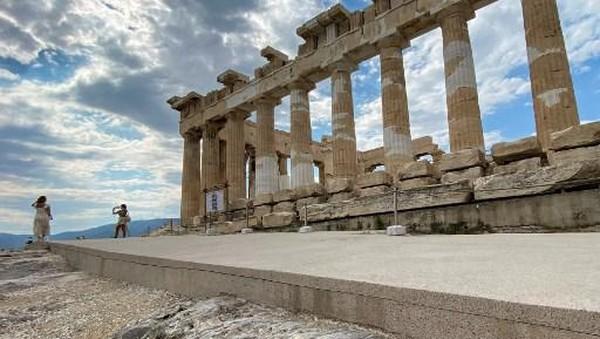 Mitsotakis mengatakan bahwa proyek itu didanai oleh pihak swasta yakni Onassis Foundation. Ia juga menjelaskan bahwa kini Acropolis dapat diakses semua orang tanpa kesulitan terhubung dengan rute klasik ke Bukit Acropolis.