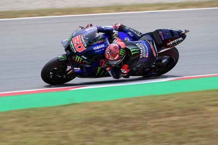 Yamaha French rider Fabio Quartararo rides during the fourth MotoGP free practice session of the Moto Grand Prix de Catalunya at the Circuit de Catalunya on June 5, 2021 in Montmelo on the outskirts of Barcelona. (Photo by LLUIS GENE / AFP)