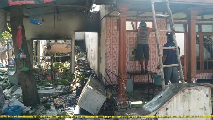 Pasutri di Jombang terbakar saat memindahkan bensin ke botol untuk dijual eceran. Kebakaran juga menghanguskan toko dan rumah mereka.