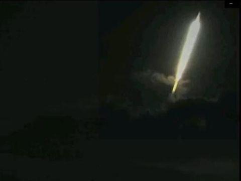 Ada kilatan cahaya yang terekam di atas Gunung Raung. Cahaya tersebut tertangkap kamera CCTV Pos Pengamatan Gunung Api (PPGA) Raung.