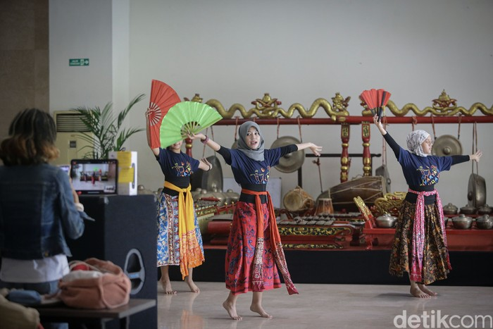 Yayasan Belantara Budaya Indonesia memberikan fasilitas berupa materi latihan tari secara daring.