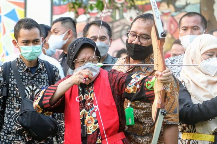 Menteri Sosial Tri Rismaharini gandeng berbagai pihak untuk percepat penerimaan bantuan bencana.
