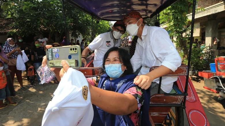 Menteri Pariwisata dan Ekonomi Kreatif Sandiaga Salahudin Uno bersama para influenser menyambangi desa wisata Candirejo.