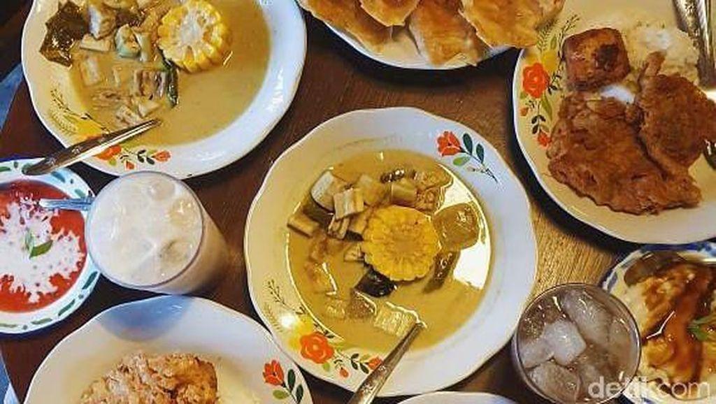 Makan Sayur Lodeh dan Urap Daun Pepaya Sedap di Kuningan