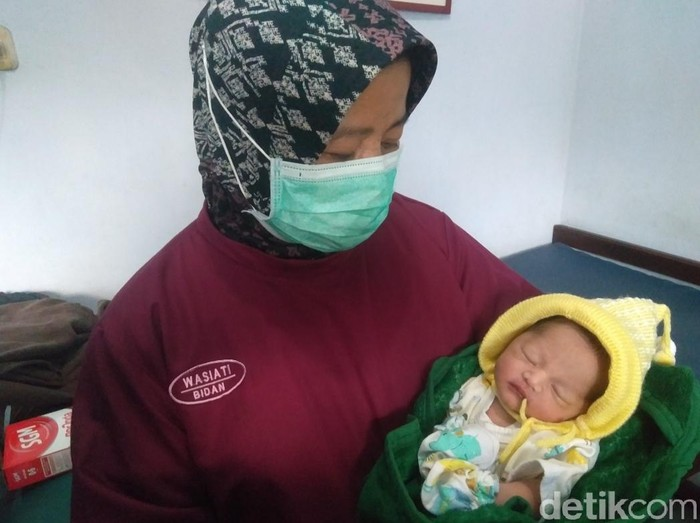 Pelaku yang membuang bayi perempuan di Blitar terungkap. Pelaku yakni ibu kandung bayi itu, yang sempat menutupi kehamilannya dari keluarga.