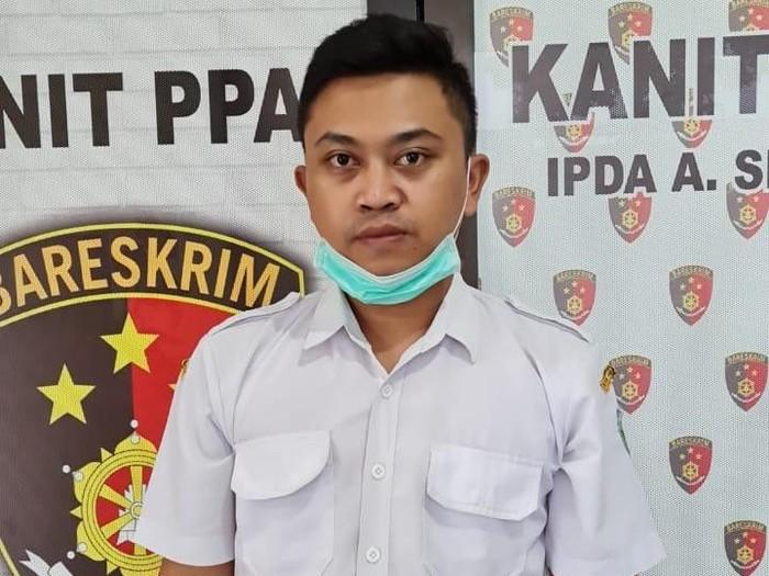Perawat salah satu rumah sakit di Jombang diringkus polisi gara-gara nekat melakukan persetubuhan dengan gadis di bawah umur. Janji-janji palsu tersangka membuat siswi kelas 12 SMA itu rela 6 kali disetubuhi hingga hamil dan keguguran.