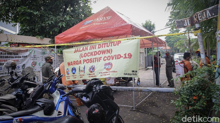 Lockdown mikro efektif dilakukan di kawasan RT 11 RW 09 Kelurahan Kayu Putih, Jakarta Timur. Berikut foto-foto terkininya.