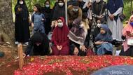 Momen Haru Ria Ricis Bersimpuh di Makam Ayahanda