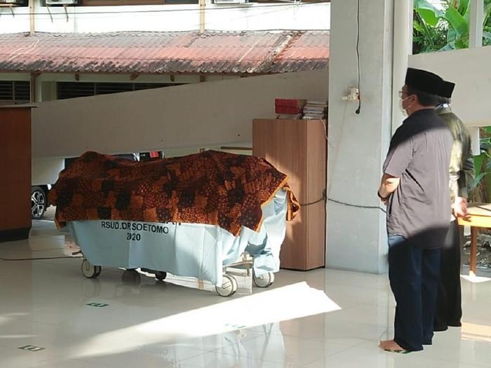 Kabar duka menyelimuti dunia kedokteran di Surabaya. Ketua Tim Pusat Pelayanan Kembar Siam Terpadu Rumah Sakit Umum (RSU) dr Soetomo, dr Agus Harianto SpA (K) meninggal dunia.