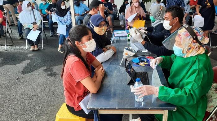Vaksinasi COVID-19 massal di Polsek Pasar Minggu