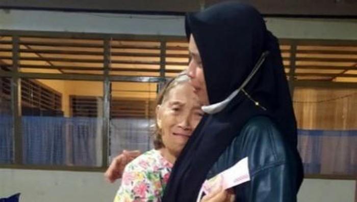 Wanita berhijab membelikan Al-kitab untuk nenek kristiani di Manado (Dok istimewa)
