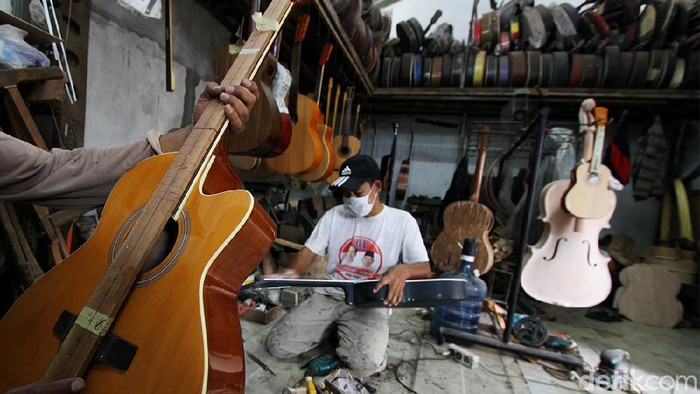 Sentra prodksi gitar rumahan di Pucang Sawit, Solo, kini tinggi permintaan dari para konsumen.