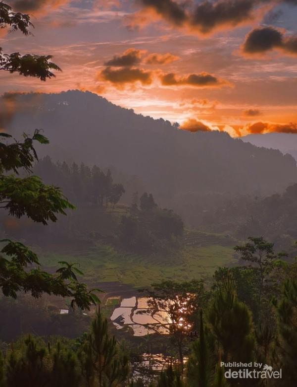 Nah ini favorite ku, pemandangan sunset yang keren dari balik gunung di Melting Pot Sentul