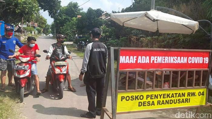 Akses masuk wilayah RW 04, Desa Randusari, Kecamatan Pagerbarang, Kabupaten Tegal, ditutup sementara karena kasus Corona, Minggu (6/6/2021).