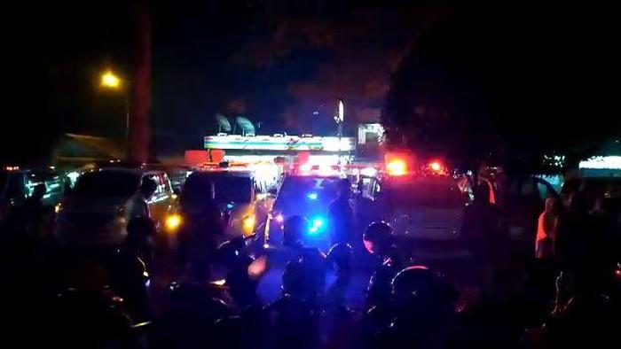 Ambulans antre di depan IGD RSUD Al Ihsan Bandung, Sabtu (5/6/2021) malam.