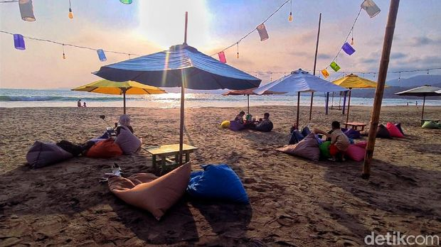 Siapa sangka, pemandangan dan pengalaman eksotis Bali bisa dinikmati di Palabuhanratu, Sukabumi, Jawa Barat. Penasaran?