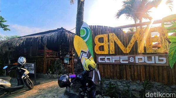 Kiki, salah seorang pengelola BMB Caffe and Pub menyebut nuansa mirip Bali memang sengaja dikentalkan, karena ide awalnya memang terpikirkan sepulang traveling ke kawasan Seminyak, Bali pada tahun 2017 silam.