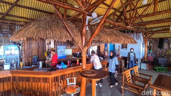 Satup terdengar lantunan lagu reggae dari arah Caffe, matahari yang mulai meredup mulai masuk ke garis ujung laut di teluk Palabuhanratu. Hembusan aingin seolah menyapu lelahnya pikiran setelah penat bekerja.