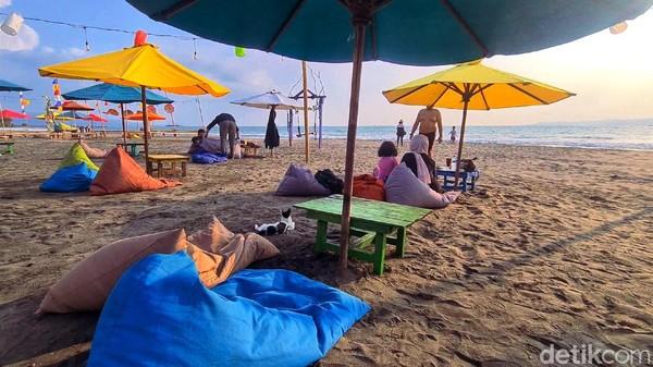 Ketika mengucapkan pulau dewata maka pikiran kita melayang akan keindahan hamparan pasir, hembusan angin laut dan sunset di tanah Bali. Siapa sangka, pemandangan dan pengalaman eksotis itu bisa dinikmati di Palabuhanratu, Sukabumi, Jawa Barat.