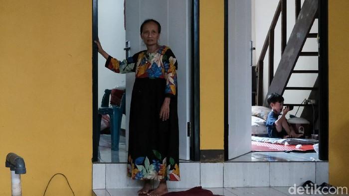 Meski belum 100 persen rampung, rumah panggung di Kampung Melayu mulai dihuni warga. Alasannya, mereka ingin kembali mencari penghasilan dengan berdagang.