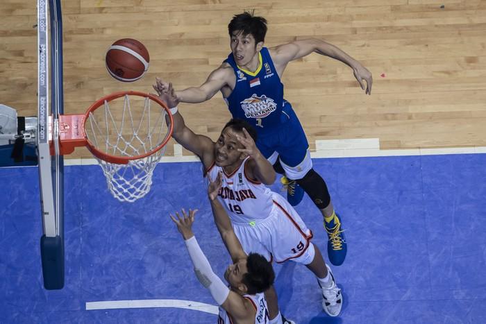 Pebasket Satria Muda Pertamina Jakarta Laurentius Steven Oei (atas) berebut bola dengan pebasket Pelita Jaya Bakrie Jakarta Muhammad Hardian Wicaksono (tengah) dan Andakara Prastawa Dhyaksa (bawah) dalam gim ketiga Final Liga Bola Basket Indonesia (IBL) 2021 di Britama Arena, Jakarta, Minggu (6/6/2021). ANTARA FOTO/M Risyal Hidayat/wsj.