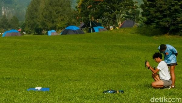 Jika cuaca cerah, Gunung Pangrango terlihat dari tempat camping.